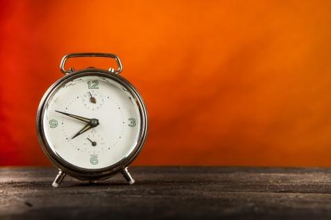 Orologio sveglia su piano di legno